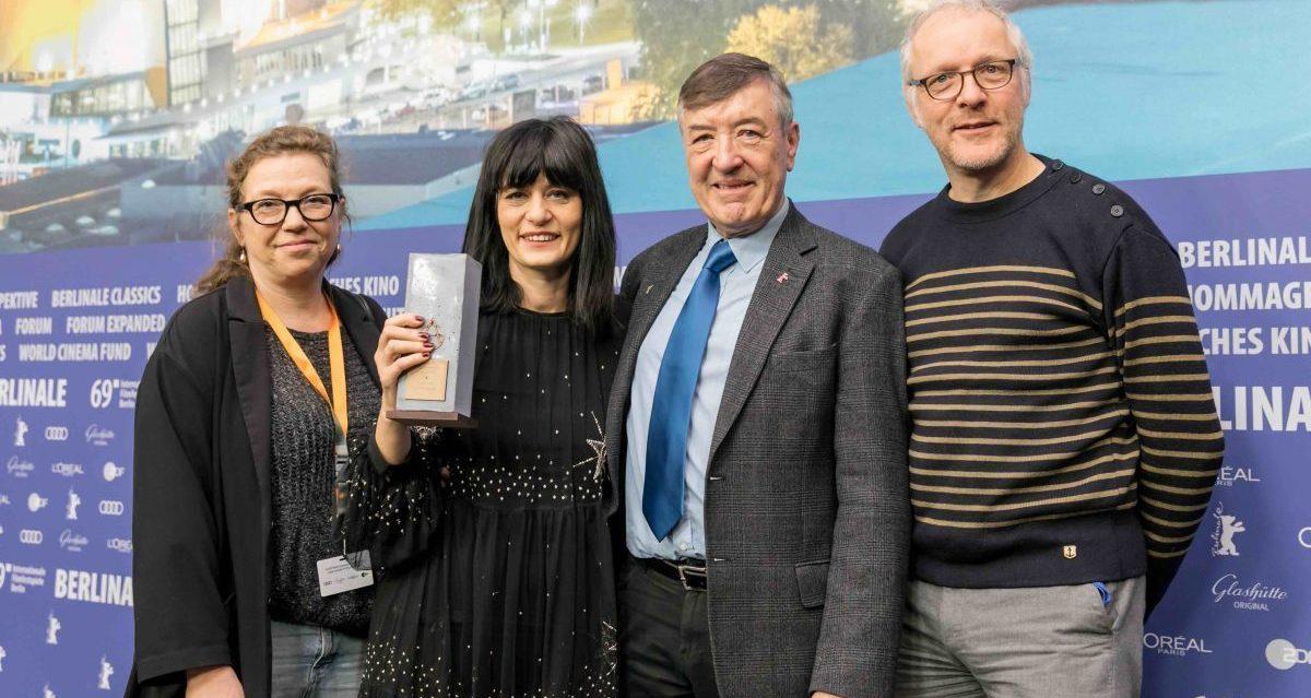 Gilde Filmpreis 2019 – Bester Film im Berlinale Wettbewerb für GOD EXISTS, HER NAME IS PETRUNYA von Teona Strugar Mitevska.